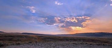 Los rayos de sol y los rayos solares con puesta del sol se nublan en Hayden Valley en el parque nacional de Yellowstone en Wyomin Imagen de archivo