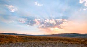 Los rayos de sol y los rayos solares con puesta del sol se nublan en Hayden Valley en el parque nacional de Yellowstone en Wyomin Fotografía de archivo libre de regalías