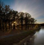 Los rayos de Sun lucharon a través de los árboles Fotos de archivo libres de regalías
