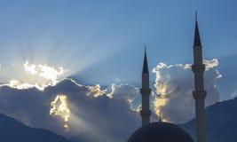 Los rayos de Sun a través del cielo iluminan la mezquita Kemer Cami Imagenes de archivo
