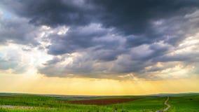 Los rayos del brillo de dios a trav?s de las nubes oscuras almacen de metraje de vídeo