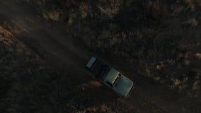 Los rayos del sol caen en un coche móvil en la sabana metrajes