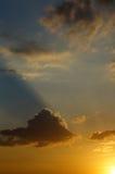 Los rayos del sol poniente iluminan las nubes Imagenes de archivo