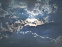 Los rayos solares de la luz del sol del sol de las nubes del cielo ponen en contraste suncrystals de los suncontrasts Fotos de archivo libres de regalías