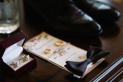 Los rayos solares de la mañana cubren los zapatos de cuero que se colocan en el piso fotografía de archivo libre de regalías