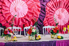 Los recienes casados presentan adornado con el ramo y los limones Imagen de archivo libre de regalías