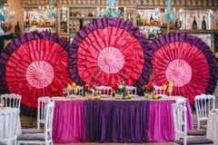 Los recienes casados presentan adornado con el ramo y los limones Fotografía de archivo libre de regalías