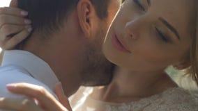 Los recienes casados que abrazan encariñado el primer metrajes