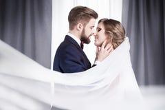 Los recienes casados se están besando Imagen de archivo