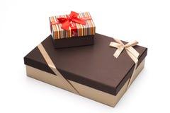 Los rectángulos de regalo son envueltos para arriba por las cintas un fondo blanco. Fotos de archivo