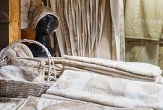 Los recuerdos de lino hechos a mano en el mercado de la Navidad de Riga se colocan Imagenes de archivo