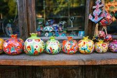 Los recuerdos vendieron en un mercado local en la ciudad vieja de Sheki, Azerbaijan imagen de archivo