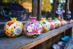 Los recuerdos vendieron en un mercado local en la ciudad vieja de Sheki, Azerbaijan imagenes de archivo