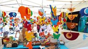 Los recuerdos y los juguetes hechos a mano multicolores se venden en el mercado callejero en Barcelona, España el 23 de agosto de almacen de video