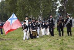 Los reenactors jovenes marchan en la reconstrucción histórica de la batalla de Borodino en Rusia Fotografía de archivo