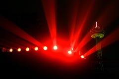 Los reflectores coloreados de Niagara acompañados por el Skylon se elevan en el fondo Imagenes de archivo