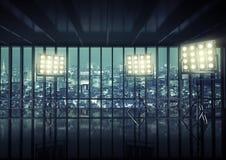 Los reflectores en el top del rascacielos Foto de archivo