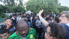 Los refugiados de la guerra se colocan en una cola para recibir la ayuda humanitaria - agua y las manzanas almacen de metraje de vídeo