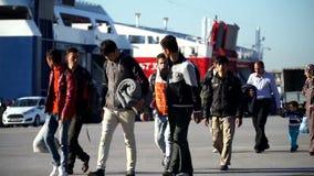 Los refugiados en el puerto ateniense que han llegado en los transbordadores almacen de video