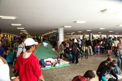 Los refugiados trenzados en la sección subterráneo del Keleti entrenan Foto de archivo libre de regalías