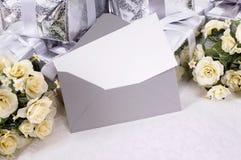 Los regalos de boda con la invitación o le agradecen cardar Imágenes de archivo libres de regalías