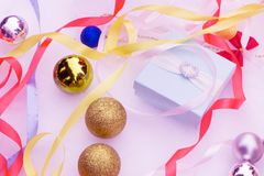 Los regalos de la Navidad, árbol de navidad, velas, colorearon la decoración, estrellas, bolas en fondo negro Imagen de archivo libre de regalías