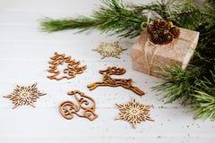 Los regalos de vacaciones de la Navidad y el árbol de madera del Año Nuevo del recorte juega Fotografía de archivo
