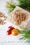 Los regalos de vacaciones de la Navidad y el árbol de madera del Año Nuevo del recorte juega Imágenes de archivo libres de regalías