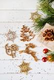 Los regalos de vacaciones de la Navidad y el árbol de madera del Año Nuevo del recorte juega Fotos de archivo