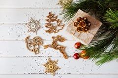 Los regalos de vacaciones de la Navidad y el árbol de madera del Año Nuevo del recorte juega Foto de archivo