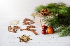 Los regalos de vacaciones de la Navidad y el árbol de madera del Año Nuevo del recorte juega Imagen de archivo