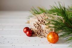 Los regalos de vacaciones de la Navidad y el árbol de madera del Año Nuevo del recorte juega Fotografía de archivo libre de regalías