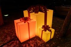 Los regalos de vacaciones les gustan las cajas de luz amarillas en condiciones de baja luminosidad Fotos de archivo