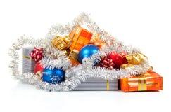 Los regalos del Año Nuevo, bolas y decoración de la Navidad Fotografía de archivo libre de regalías