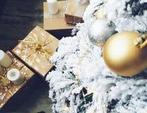 Los regalos del Año Nuevo, decoraciones de la Navidad y otras cualidades del día de fiesta Foto de archivo