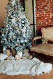 Los regalos del Año Nuevo, decoraciones de la Navidad y otras cualidades del día de fiesta Imagen de archivo libre de regalías