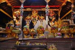 Los regalos a dios durante ceremonia local del Balinese en el templo fotos de archivo