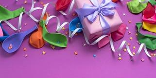 Los regalos festivos del arreglo hinchan la saturación del cuaderno de las flámulas del ultravioleta del fondo foto de archivo libre de regalías