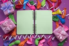 Los regalos festivos del arreglo hinchan la saturación del cuaderno de las flámulas del ultravioleta del fondo imagenes de archivo