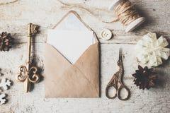 Los regalos lindos del Año Nuevo de la Navidad del vintage imitan para arriba en fondo de madera Fotos de archivo libres de regalías