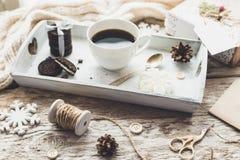 Los regalos lindos del Año Nuevo de la Navidad del vintage imitan para arriba en fondo de madera Foto de archivo libre de regalías