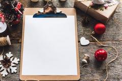 Los regalos lindos del Año Nuevo de la Navidad del vintage imitan para arriba encendido Fotografía de archivo libre de regalías