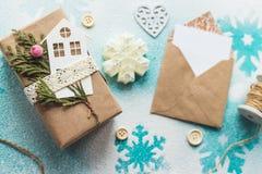 Los regalos lindos del Año Nuevo de la Navidad del vintage imitan para arriba encendido Fotos de archivo libres de regalías