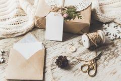 Los regalos lindos del Año Nuevo de la Navidad del vintage imitan para arriba encendido Imagen de archivo