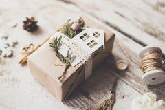Los regalos lindos del Año Nuevo de la Navidad del vintage imitan para arriba encendido Fotos de archivo