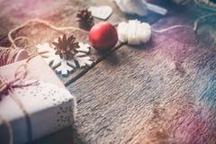 Los regalos lindos del Año Nuevo de la Navidad del vintage imitan para arriba encendido Imagenes de archivo