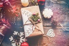 Los regalos lindos del Año Nuevo de la Navidad del vintage imitan para arriba encendido Foto de archivo libre de regalías