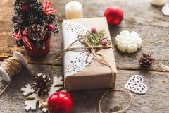 Los regalos lindos del Año Nuevo de la Navidad del vintage imitan para arriba encendido Fotografía de archivo