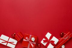 Los regalos simples, modernos de la Navidad roja y blanca presentan en fondo rojo Frontera festiva del día de fiesta foto de archivo libre de regalías
