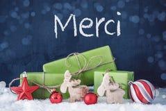 Los regalos verdes de la Navidad, nieve, medios de Merci le agradecen fotos de archivo libres de regalías